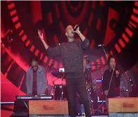 عمرو دياب يغني «يتعلموا وده لو اتساب» من ألبومه الجديد