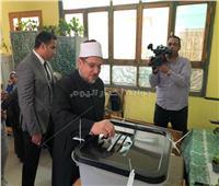 وزير الأوقاف يدلي بصوته على التعديلات الدستورية في المنيل