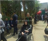«مسنة» تدلي بصوتها في الاستفتاء على الدستور على كرسي متحرك