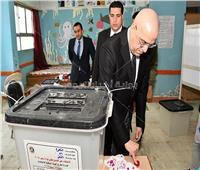 بالصور| وزير الإسكان يُدلي بصوته في الاستفتاء بالمقطم
