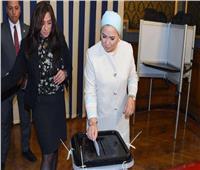 أول صور لقرينة الرئيس أثناء الإدلاء بصوتها في الاستفتاء على التعديلات الدستورية