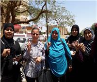 بالصور.. المرأة تتصدر المشهد في اللجان الانتخابية بقري المنيا