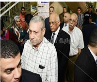 واقفاً في طابور الناخبين.. رئيس مجلس النواب يدلي بصوته بمدينة نصر