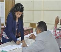 الطلاب يلتقطون الصور التذكارية مع محافظ المنيا في الاستفتاء