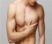 استشاري تجميل يوضح أسباب وأعراض التثدي لدى الرجال