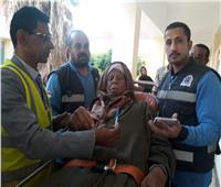 مسن يحضر لمقر الاستفتاء بسيارة الإسعاف: نعم لمسيرة الإنجازات