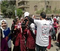 التعديلات الدستورية 2019| مسنة تحتفل مع تلاميذ المدارس أمام لجان المعادي