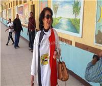 صور| متشحة بالعلم.. سيدة تدلي بصوتها في مقر الاستفتاء بمصر الجديدة