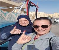 بالصور| هبة عبد الغني تدلي بصوتها بصحبة والدتها في استفتاء التعديلات الدستورية