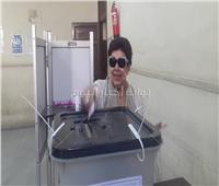 بعلامة النصر.. رجاء الجداوي تدلي بصوتها في استفتاء الدستور