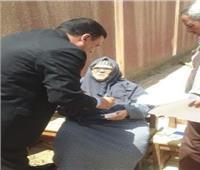 قاض يخرج من اللجنة لمساعدة مسنة على التصويت بكفر الشيخ