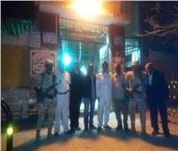 المواطنون يلتقطون الصور مع رجال الجيش والشرطة أمام لجان الاستفتاء