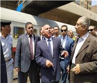 في جولته بمحطة الجيزة.. كامل الوزير يستمع لشكاوى ركاب قطار الصعيد