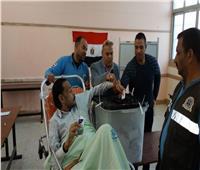 مريض يستعين بالإسعاف للإدلاء بصوته في الشرقية