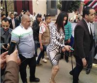 صور| سما المصري تثير الجدل أمام لجنة الاستفتاء بـ«كلب لولو»