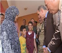 محافظ أسيوط يتفقد لجان أبوتيج وسط إقبال من المواطنين وهتافات وأنغام الطبول الشعبية