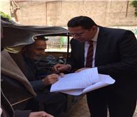 صور   قاضي يخرج من لجنته لمعاونة مريض على الاستفتاء بأوسيم