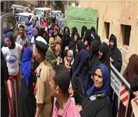 أهالي النخيلة بأبوتيج يستقبلون محافظ أسيوط بالطبل خلال تفقد لجان الاستفتاء