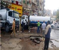 بالصور| انفجار ماسورة مياه أسفل كوبري الساعة في الإسكندرية