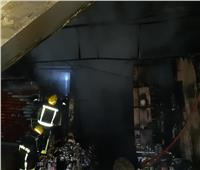 فيديو| الحماية المدنية تحاول كسر زجاج محل امتدت له النيران بحارة اليهود