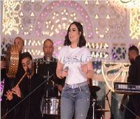 صور| بوسي تفتتح خيمة «باب القصر» بأغانيها المميزة