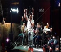 فيديو وصور| مصطفى حجاج يفتتح خيمة «زاد» بأغنيته «يا بتاع النعناع»