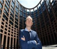 «مارتن سونيبورن».. عندما توصلك النكات لعضوية البرلمان الأوروبي