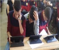 طلابأولي ثانوي يؤدون الامتحان إلكترونيا بالشرقية