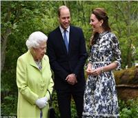 صور وفيديو| الملكة إليزابيث تزور حديقة من تصميم كيت ميدلتون في معرض الزهور