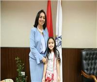 رئيسة المجلس القوميللمرأة تستقبل طفلة لهذا السبب