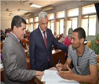 رئيس جامعة المنوفية يتفقد امتحانات الفصل الدراسي الثاني بكلية التربية