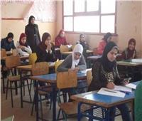 طلاب الصف الأول الثانوي يؤدون امتحان الفيزياء