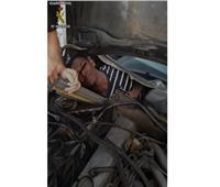 شاهد| 3 أفارقة يختبئون في مكان «لا يخطر على بال» داخل سيارة