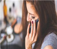 خبير تجميل بريطاني: الهواتف الذكية أحد أسباب ظهور حب الشباب