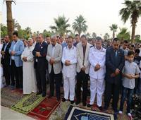 محافظ السويس ومدير الأمن يؤديان صلاة العيد بساحة الخالدين