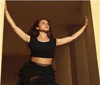 نيللي كريم تظهر بإطلالة جرئية «خارج الصندوق»