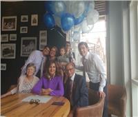 صورة| وزيرة الهجرة وسط عائلة «هاني عازر» احتفالا بتكريمه