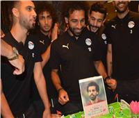 صور| محمد صلاح يحتفل بعيد ميلاده مع نجوم منتخب مصر