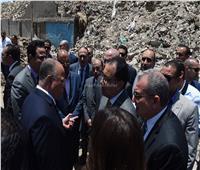صور..رئيس الوزراء يتفقد أعمال الإزالة بمنطقة المدابغ بسور مجرى العيون