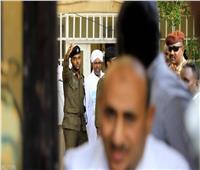 الصور الأولى للبشير أثناء نقله إلى النيابة العام