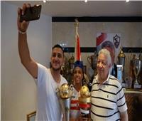 مرتضى منصور يستقبل أحمد حمدي المصاب بالسرطان ويمنحه العضوية الشرفية