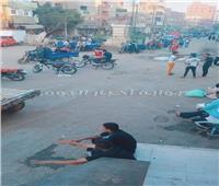 صور| سوق خضار وحناطير بجوار تمثال عميد «الأدب العربي» في المنيا