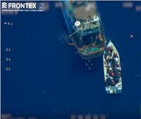 فيديو| مهربون يتركون قاربا مزدحما بعشرات اللاجئين في عرض البحر