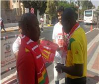 متطوعون يوزعون هدايا على جماهير غينيا ونيجيريا