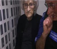 شاهد| الشرطة البريطانية تقبض على سيدة عجوز بناء على طلبها