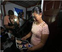 «لم يتركها حتى النهاية».. والدة المهاجر الغارق بجوار ابنته تتحدث