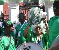 أجواء احتفالية من جماهير نيجيريا أمام ستاد الإسكندرية