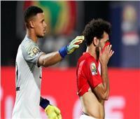 فيديو| حزن وبكاء لاعبي المنتخب.. ومُعلق المباراة: خروج غير مأسوف عليه