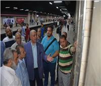 صور| «قيادات المترو» يطمئنون على انتظام حركة القطارات وإيرادات الماكينات