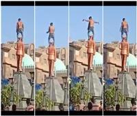 """صور  شباب يرقصون عراة بعد تسلق تمثال """"محمد نجيب"""" بالغربية"""